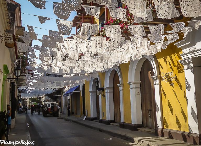 Rua enfeitada no Centro Histórico de Cartagena