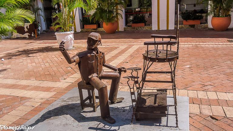 Uma das esculturas da Praça San Pedro