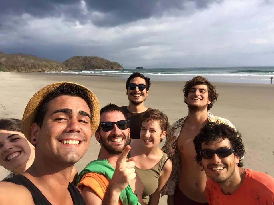 Pablo e os amigos de Viagem em uma Praia na Nicarágua