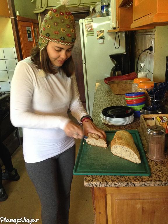 Eu fazendo o café da manhã no Hostel em Bariloche