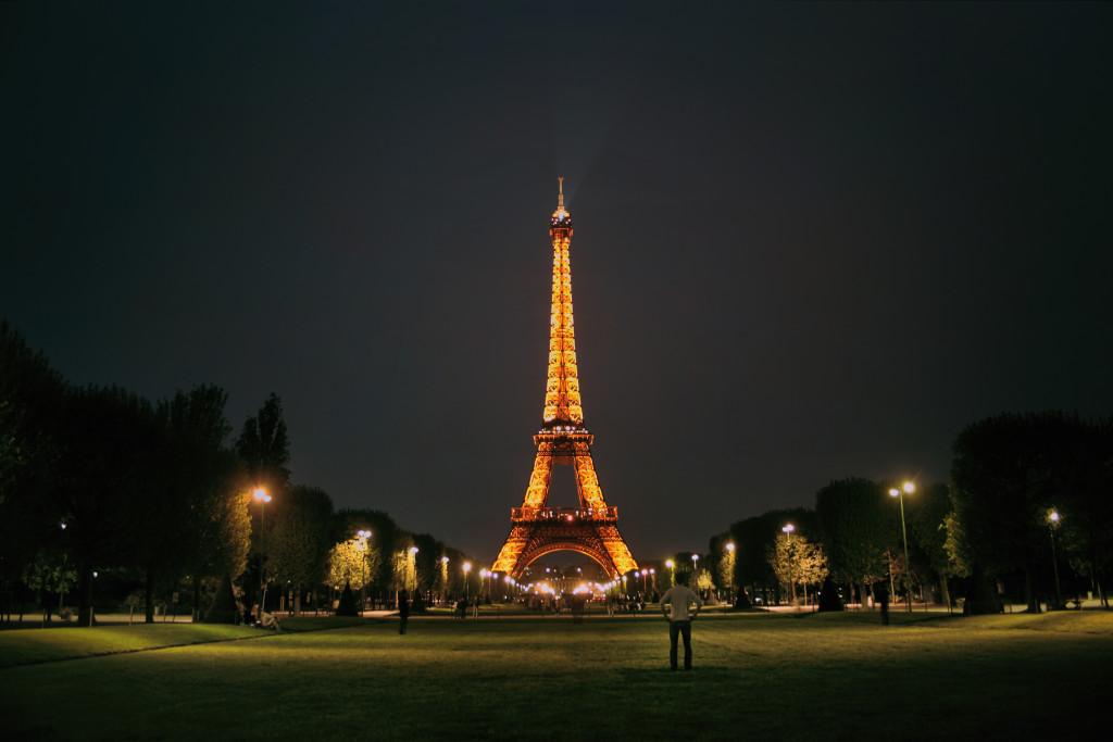Contemplando_la_Torre_Eiffel_(8113065115)